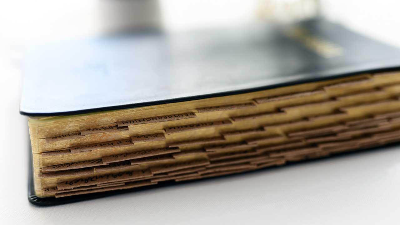 Bibel mit Seitenregistern liegt auf einem Tisch