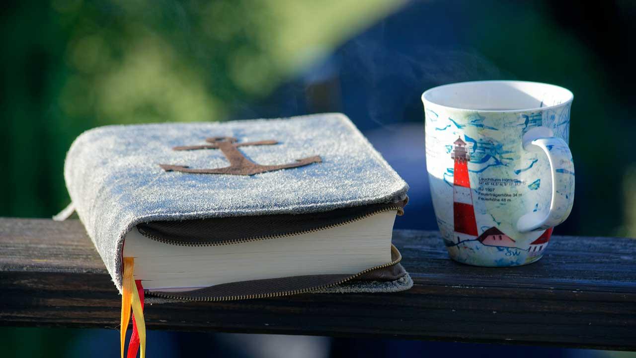 Bibel mit Tasse