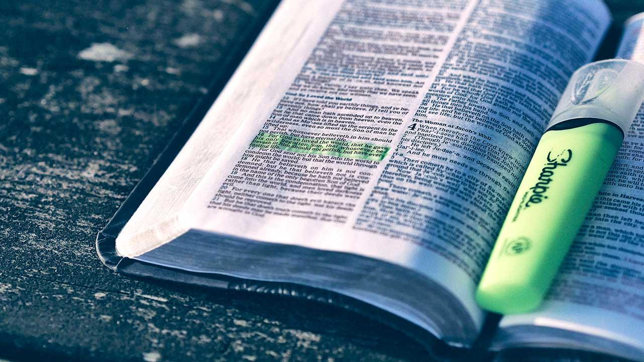 Markierter Vers auf einer Doppelseite der Bibel