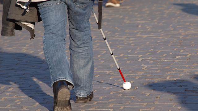 Mann mit Blindenstock | (c) Fotolia