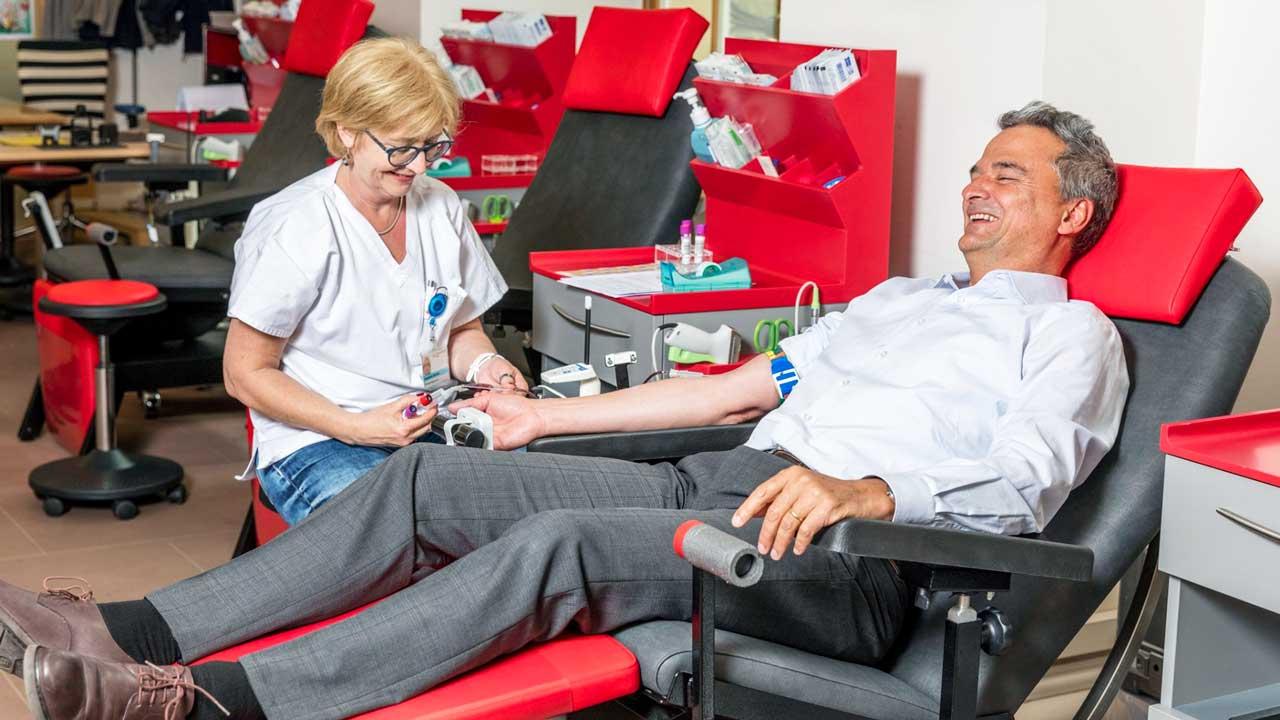 SRK-Mitarbeiterin mit einem Blutspender