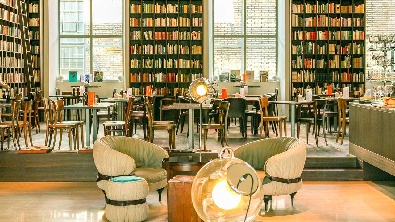 Angenehme Atmosphäre in einem Büchercafe