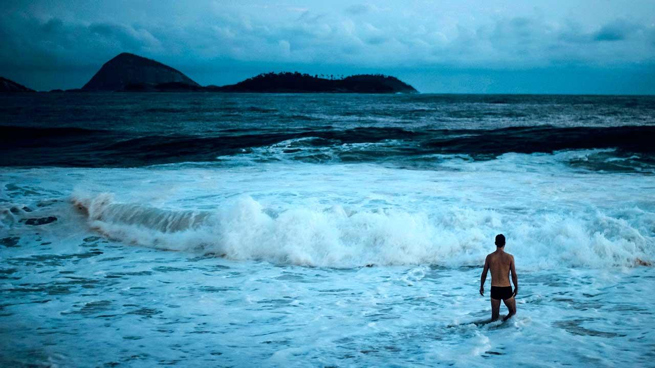 Einsamer Schwimmer am Strand von Ipanema, Rio de Janeiro