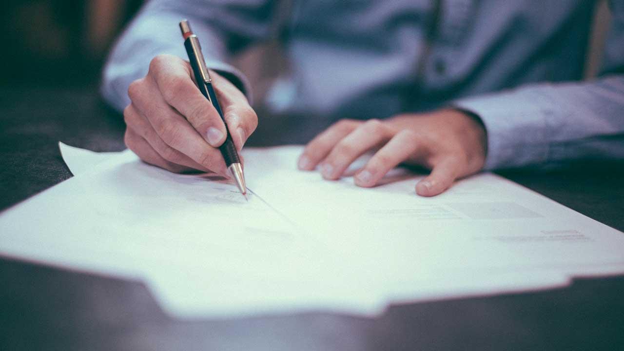 Ein Mann schreibt einen Brief an Gott