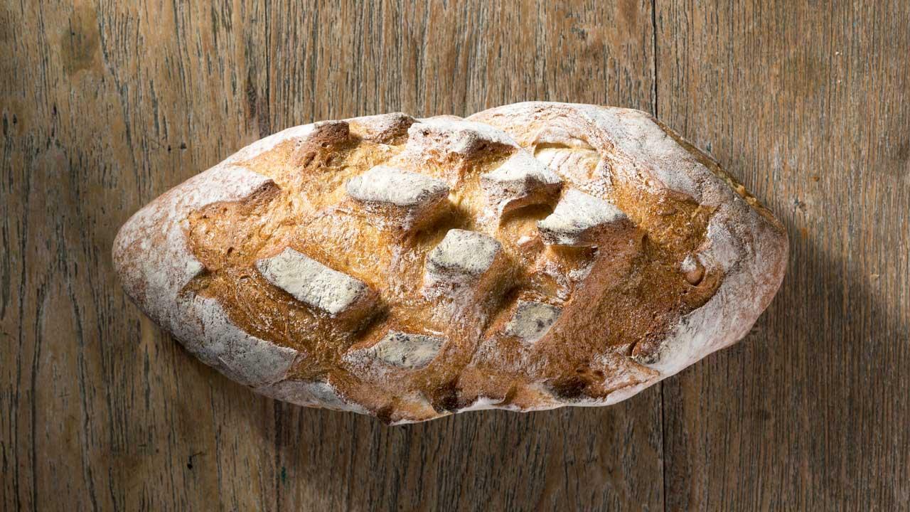 Brot auf einer Holzoberfläche