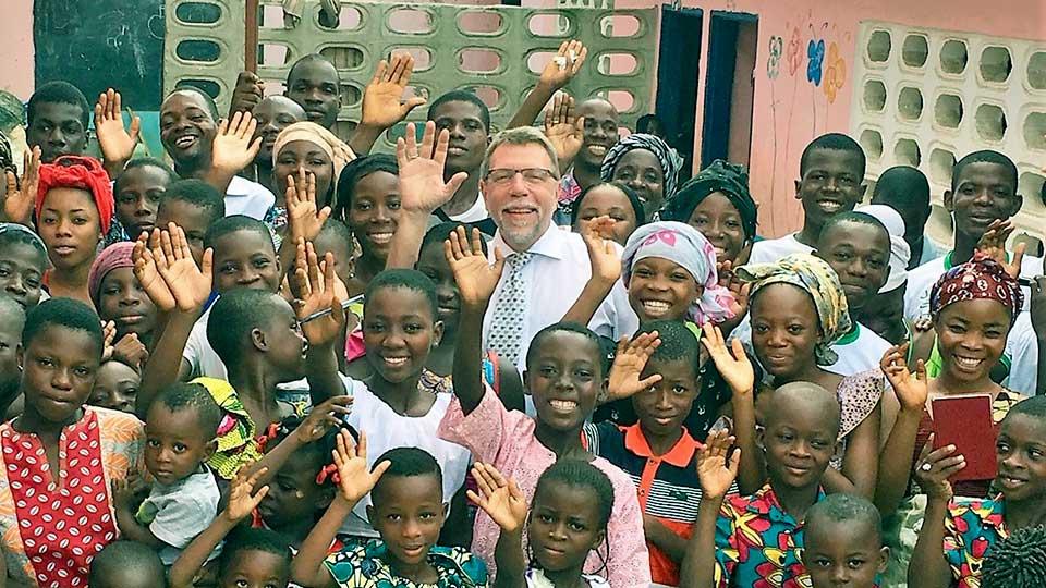 Gründer Peter Seeberger, umgeben von Afrikanern