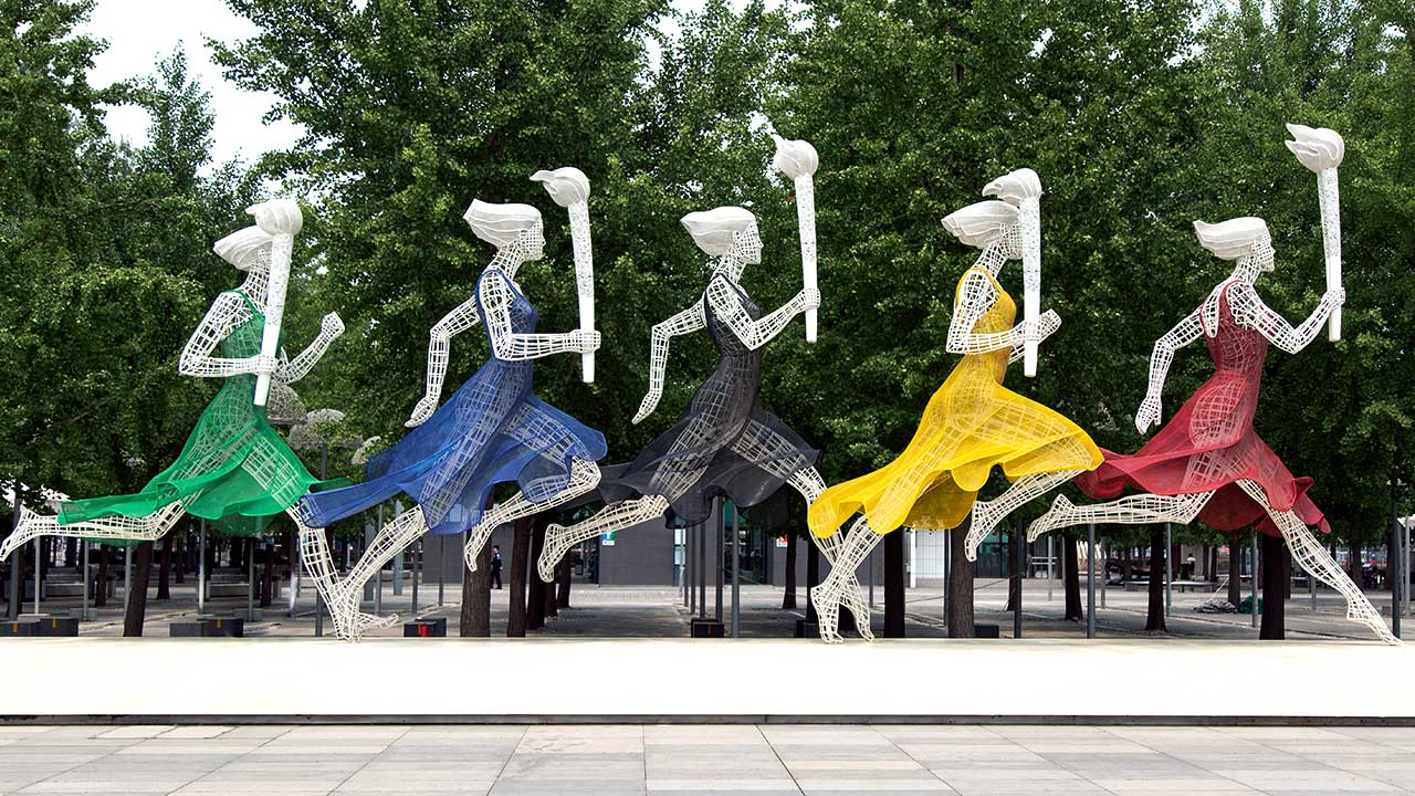 Farbige Frauenskulpturen im Olympischen Park in Peking