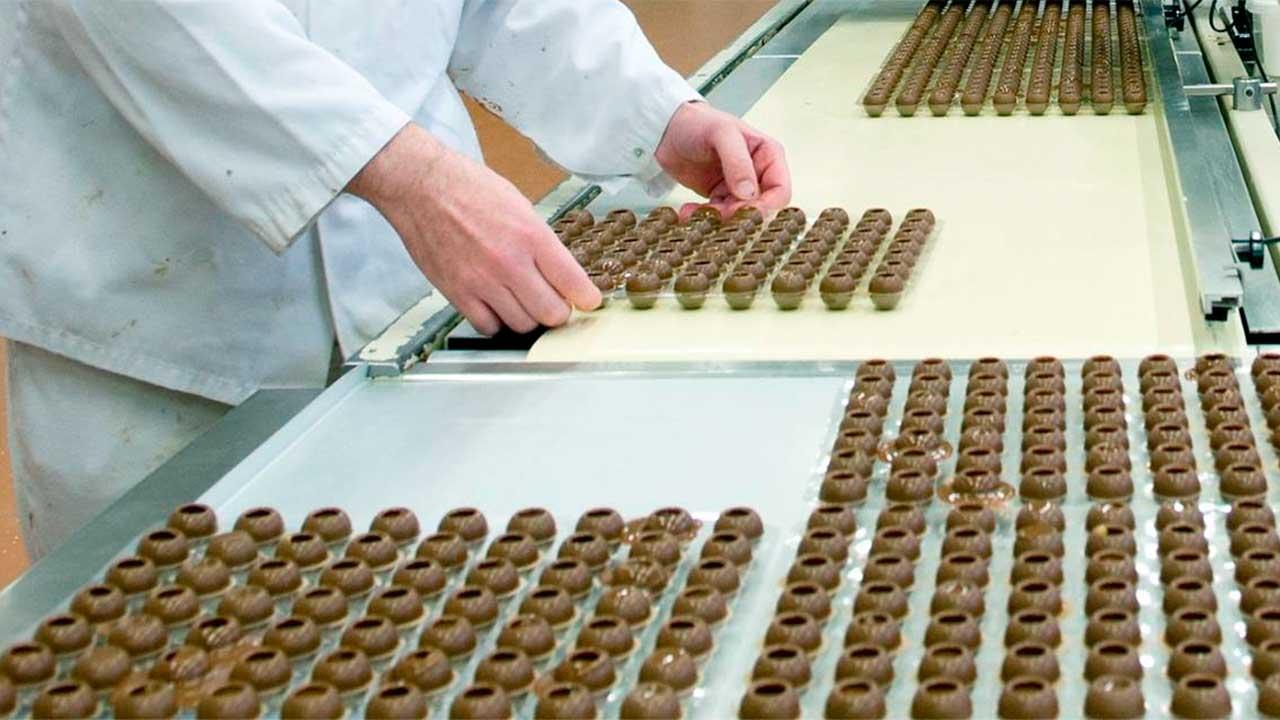 Herstellung von Pralinés bei «Aeschbach Chocolatier»