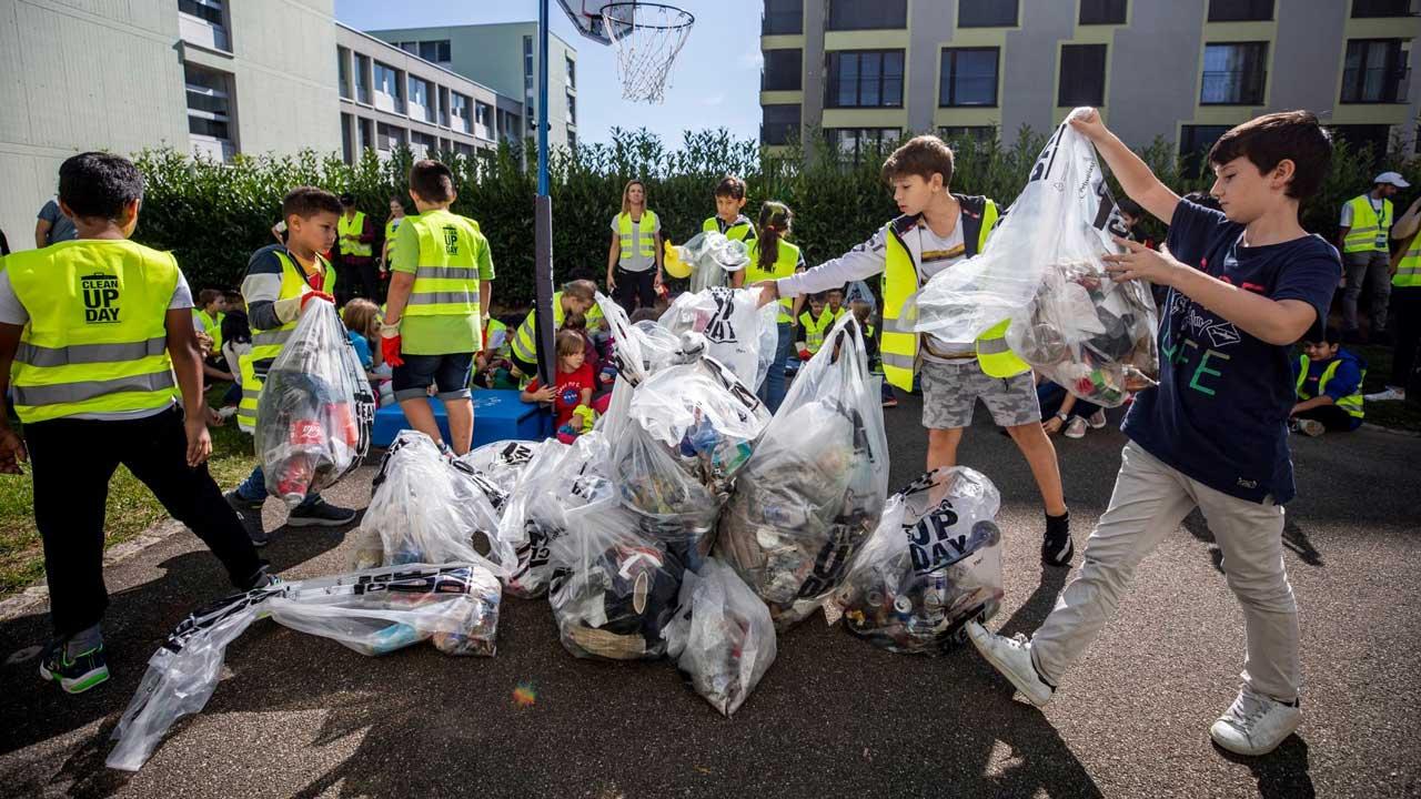 Eine Schulklasse räumt im Rahmen des Clean-Up-Days Abfall auf