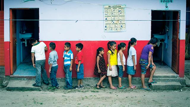 Kinder warten auf ihren Toilettengang