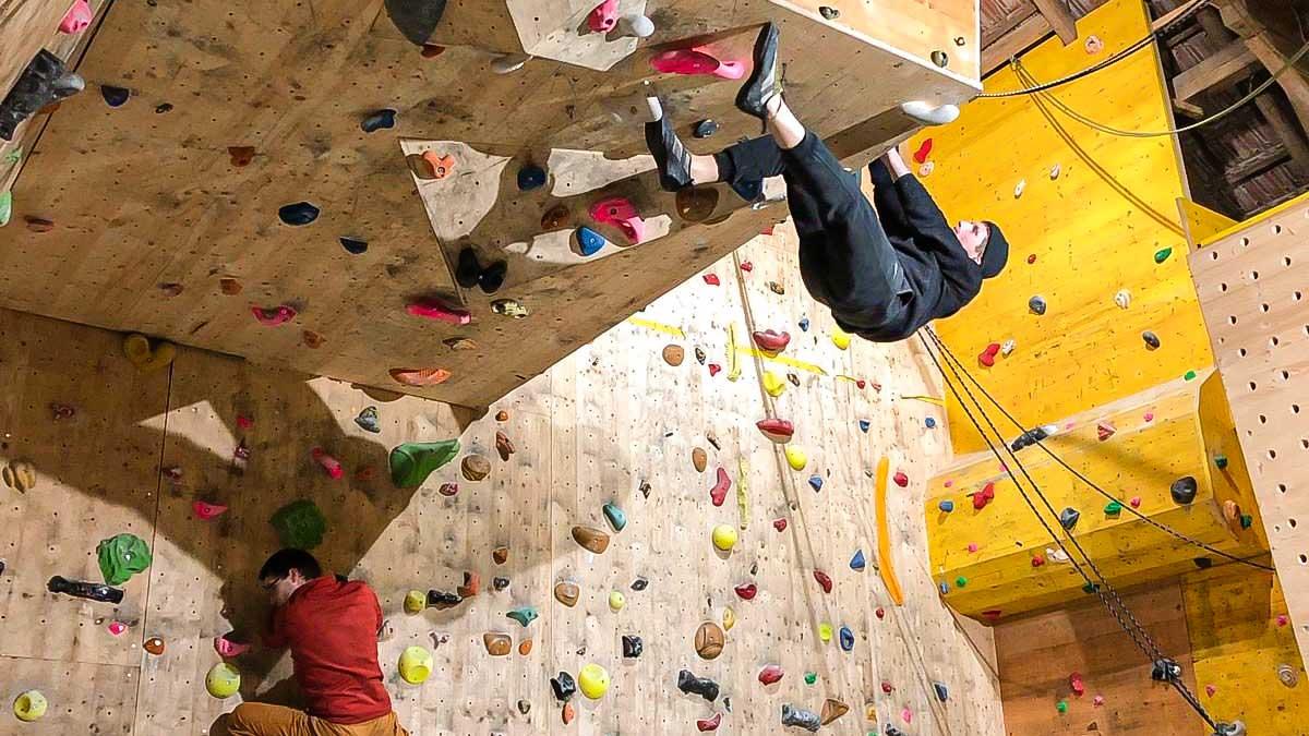 Zwei Kletterer in der Kletterscheune der Crossclimbers