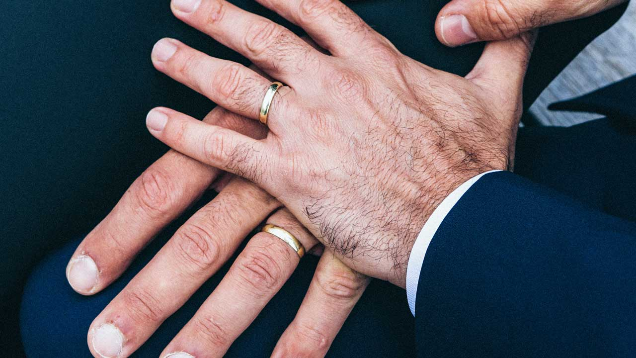 Homosexuellen-Hochzeit: Männerhände mit Ring