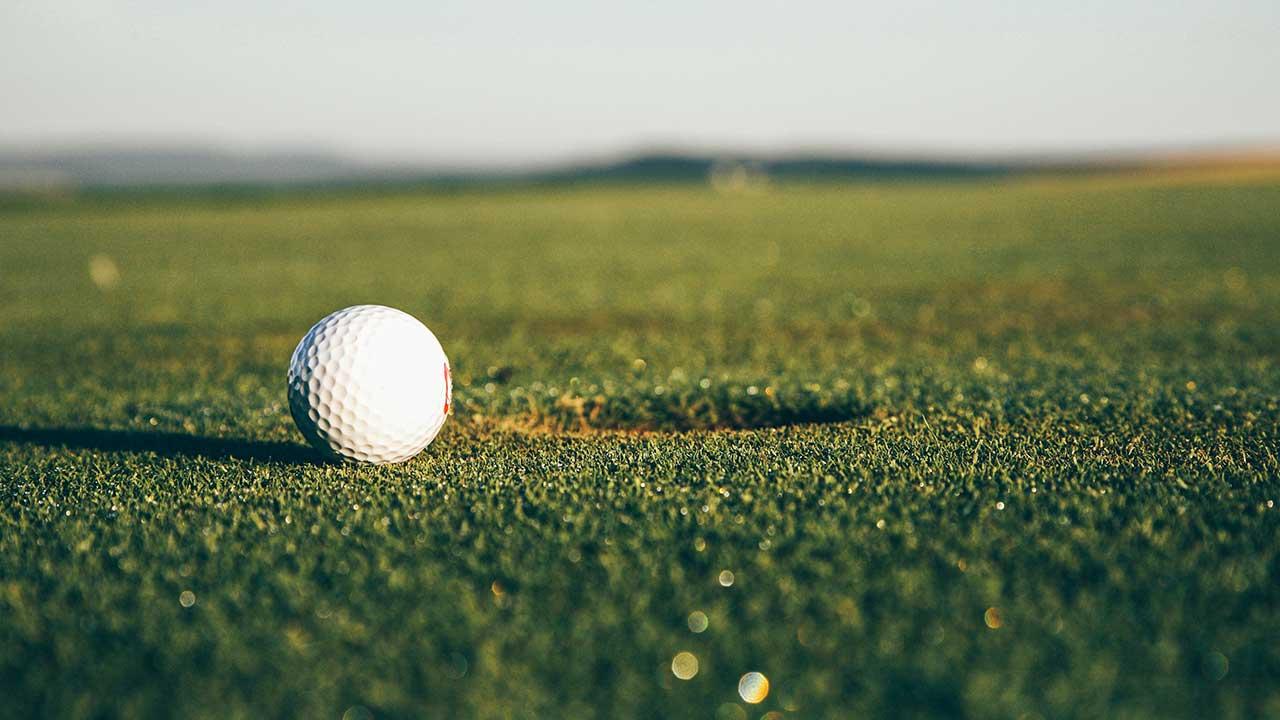 Golfball auf einem Golfplatz in Bayreuth