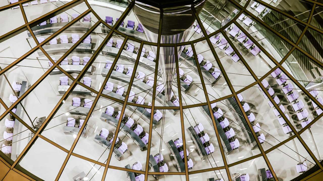 Blick durch das Glasdach in den Saal des deutschen Parlaments