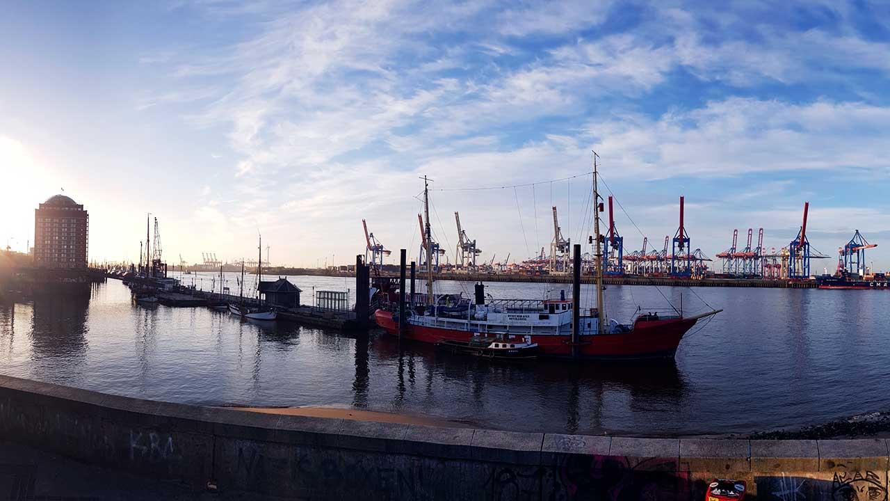 Hafenbereich in Hamburg-Altona mit Schiff und Kränen