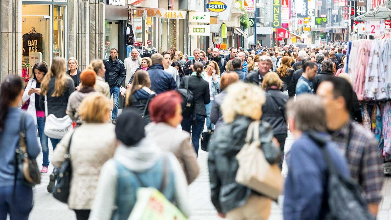 Überfüllte Einkaufsstrasse in Köln | (c) 123rf
