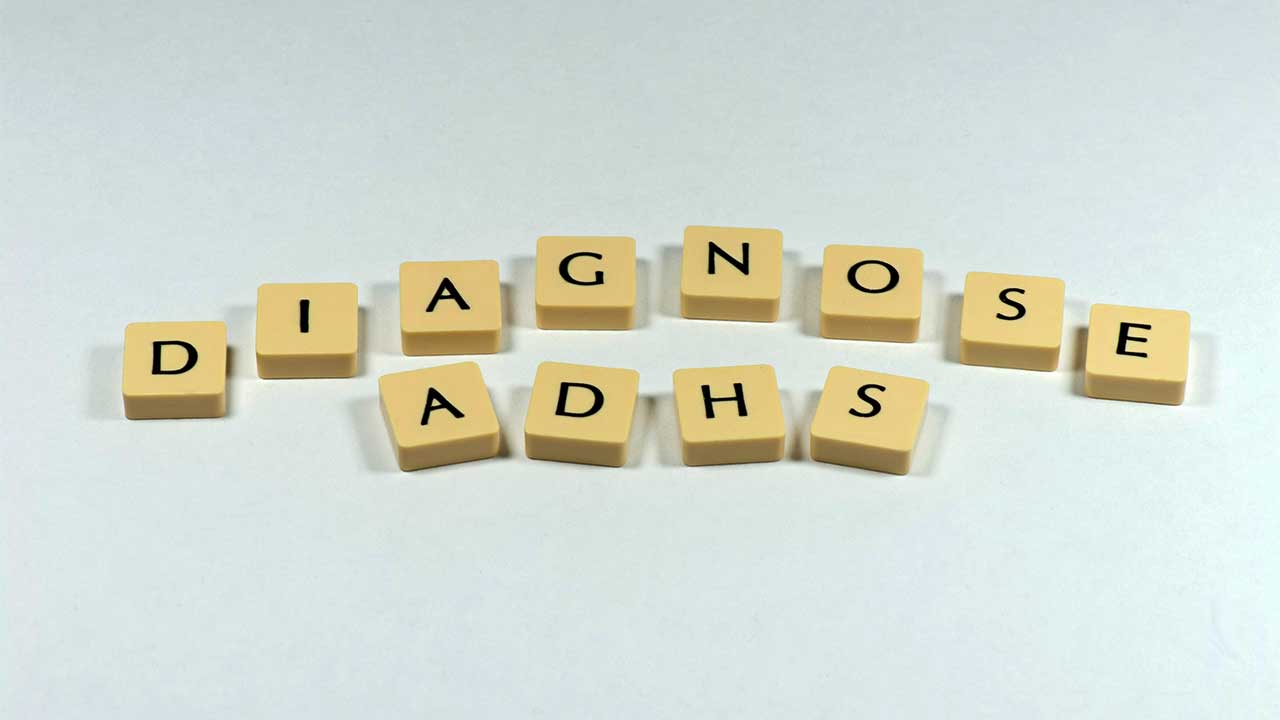 Diagnose ADHS mit Holztäfelchen geschrieben