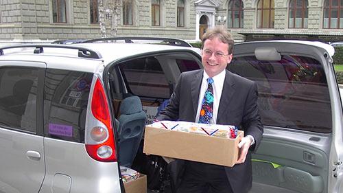 Geschäftsführer Hanspeter Hugentobler bei der Unterschriftenübergabe in Bern