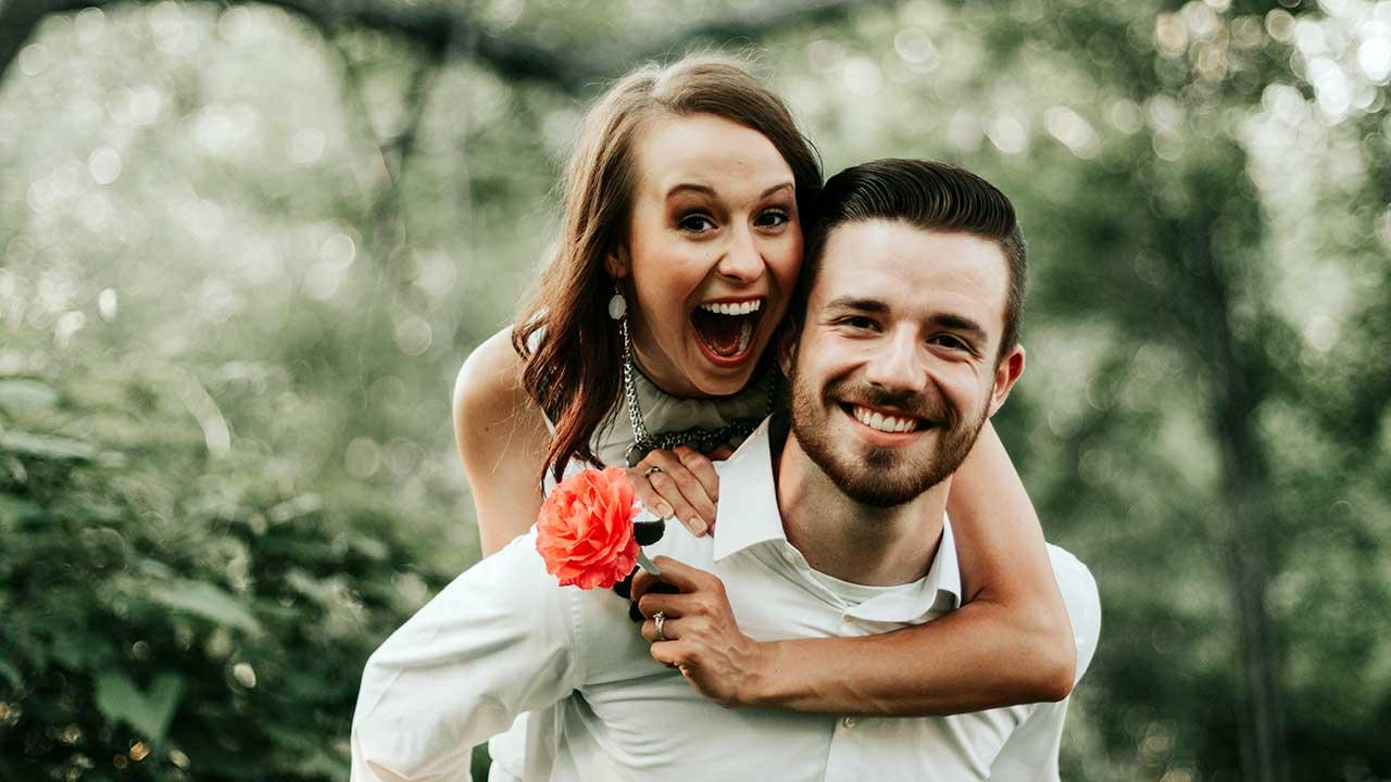 Ein Paar hat Freude aneinander und miteinander