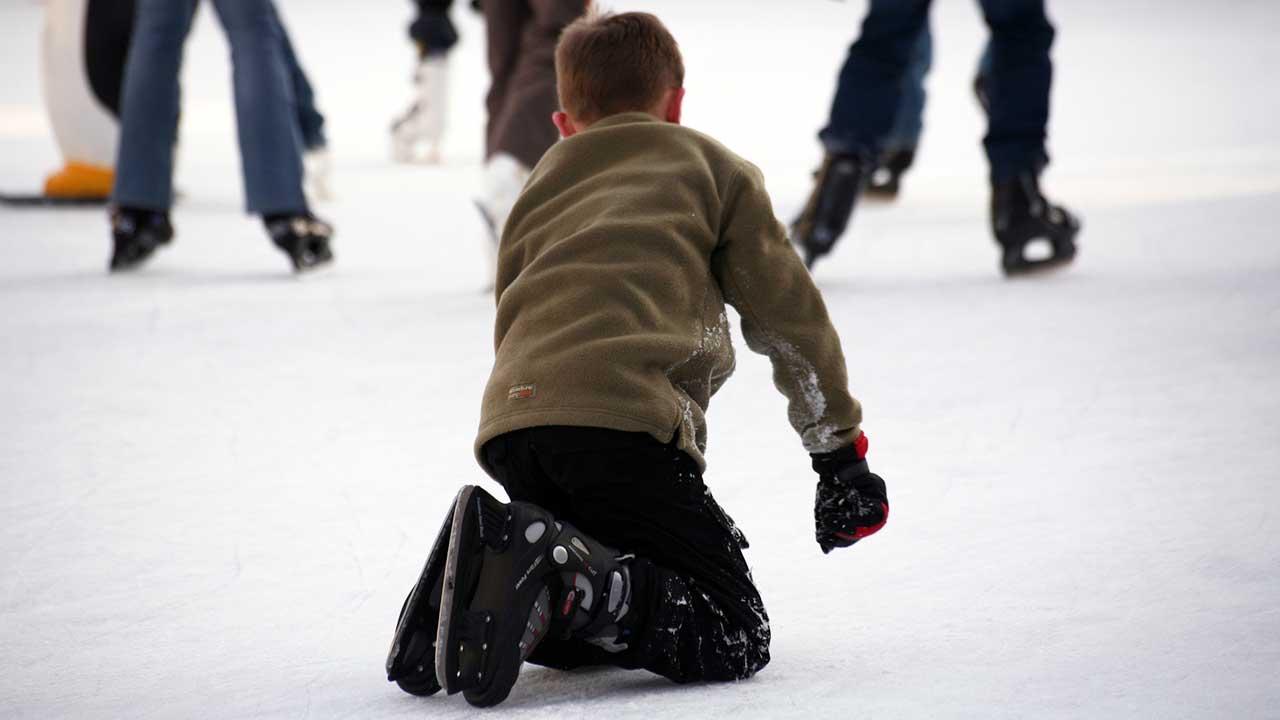 Junge ist auf einem Eisfeld gestürzt