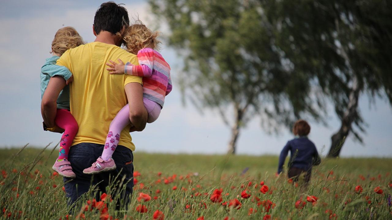 Eltern unterwegs mit ihren Kindern