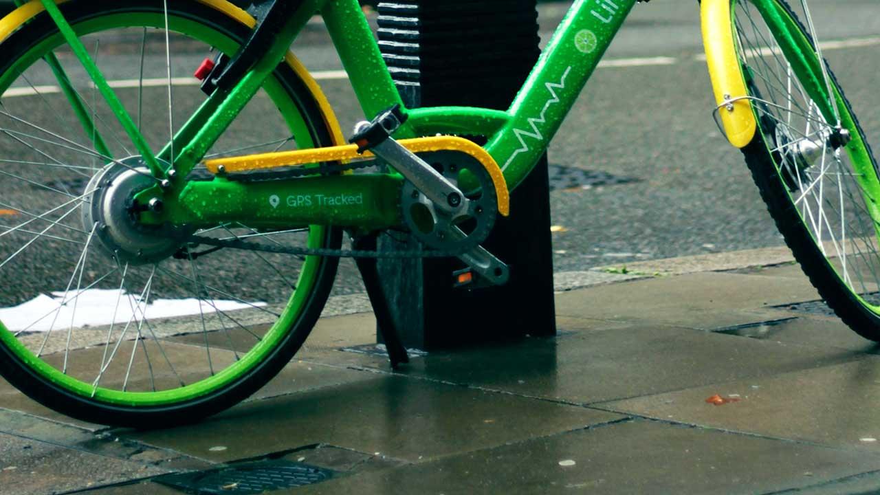 Grünes E-Bike an einem Pfosten in London