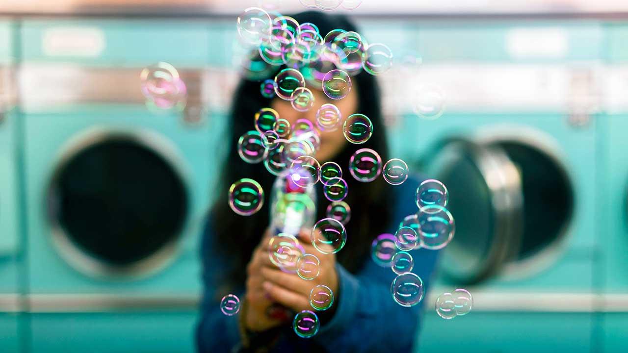 Seifenblasen in einem Waschsalon mit Waschmaschinen