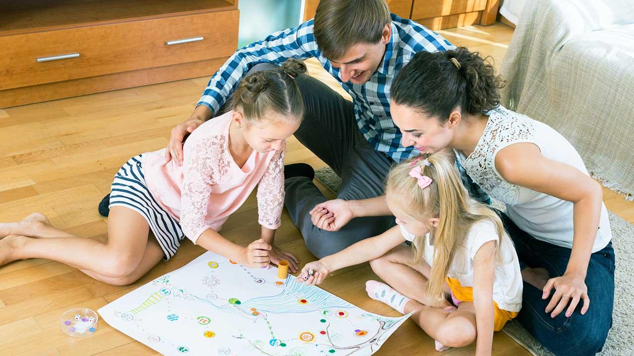Eltern und Töchter spielen zusammen