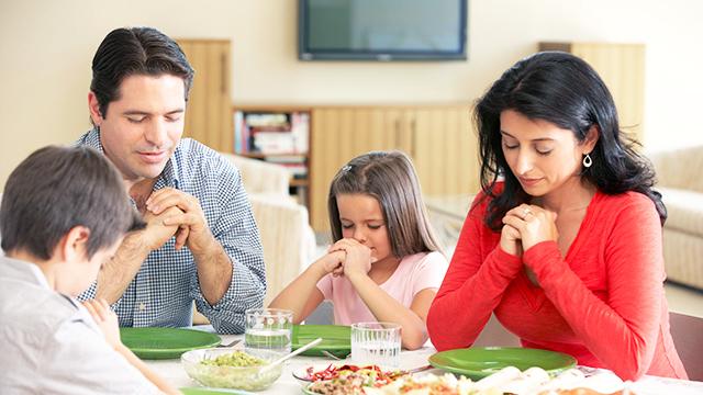 Familie betet