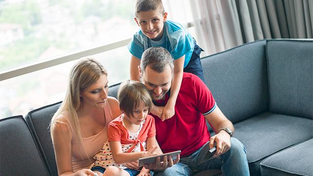 Eltern und Kinder verbringen Zeit zusammen
