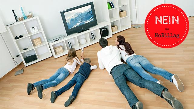 Familie schaut Fernsehen