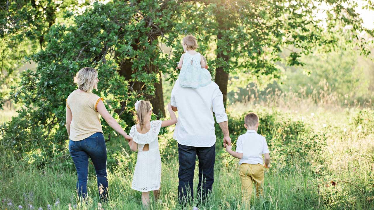 Ein Familie gemeinsam unterwegs