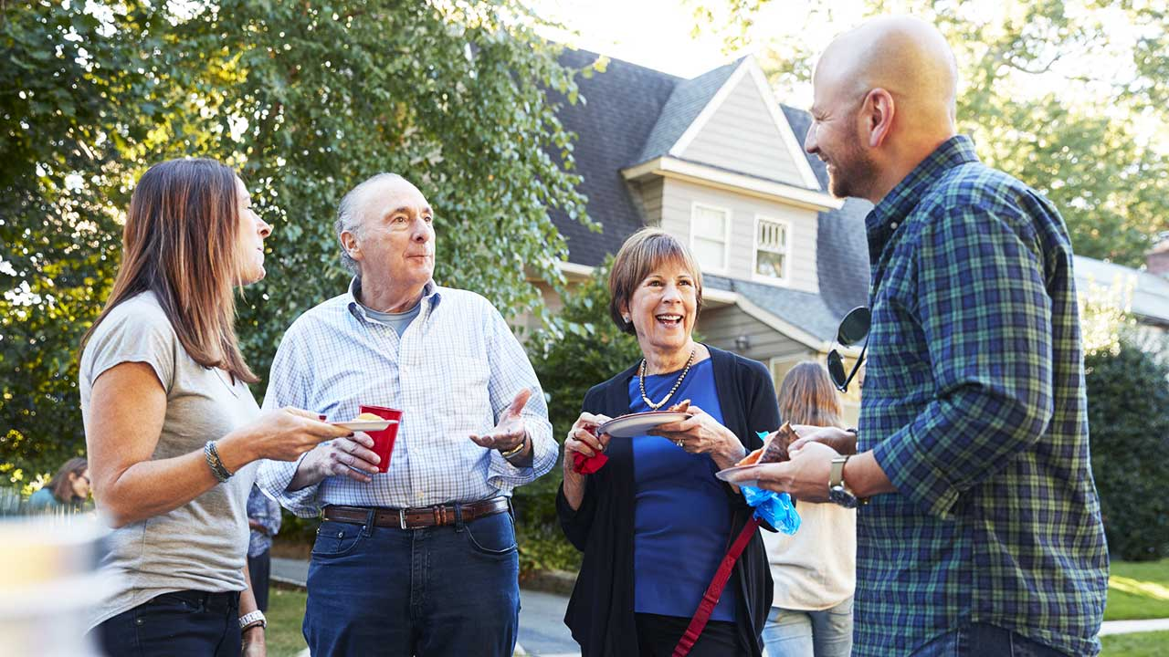 Vier Nachbarn unterhalten sich während eines Fests