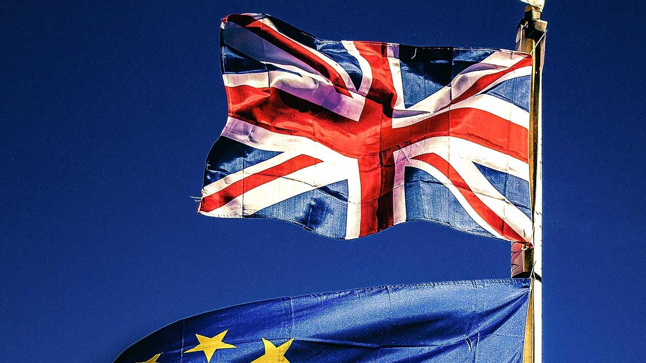 Britische Flagge oberhalb einer EU-Flagge