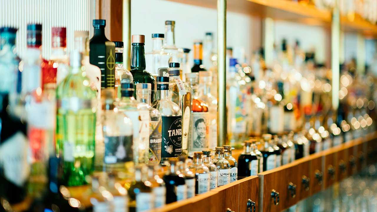 Alkoholflaschen in einem Regal
