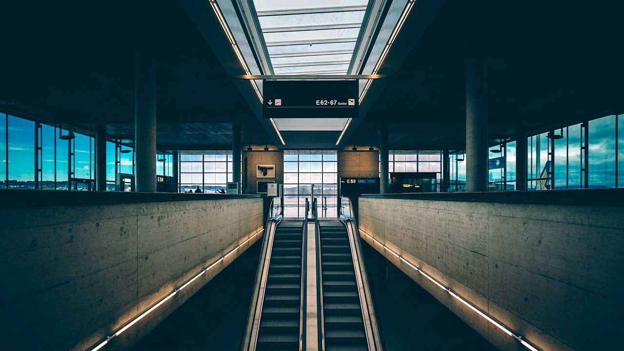 Rolltreppe im Flughafen Zürich   (c) Erez Attias/Unsplash