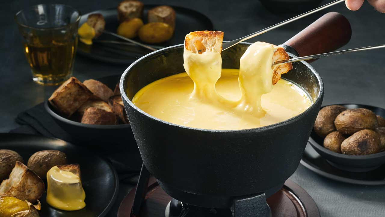 Fondue mit Brot und Kartoffeln