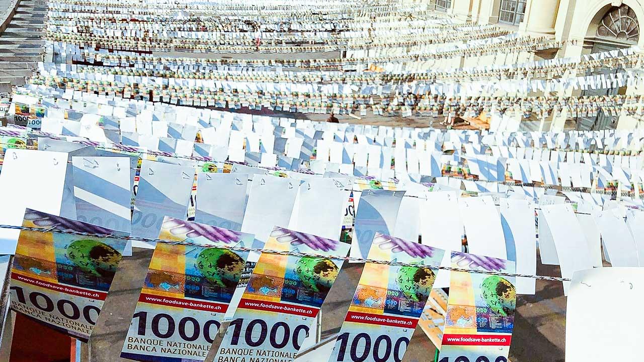 Aufgehängte 1000er-Noten als Zeichen für die Lebensmittelverschwendung in der Stadt Bern