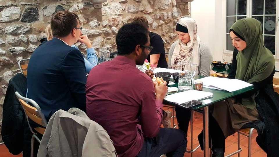 Lektüre anlässlich eines Anlasses vom Forum junger Christen und Muslime | (c) Forum junger Christen und Muslime