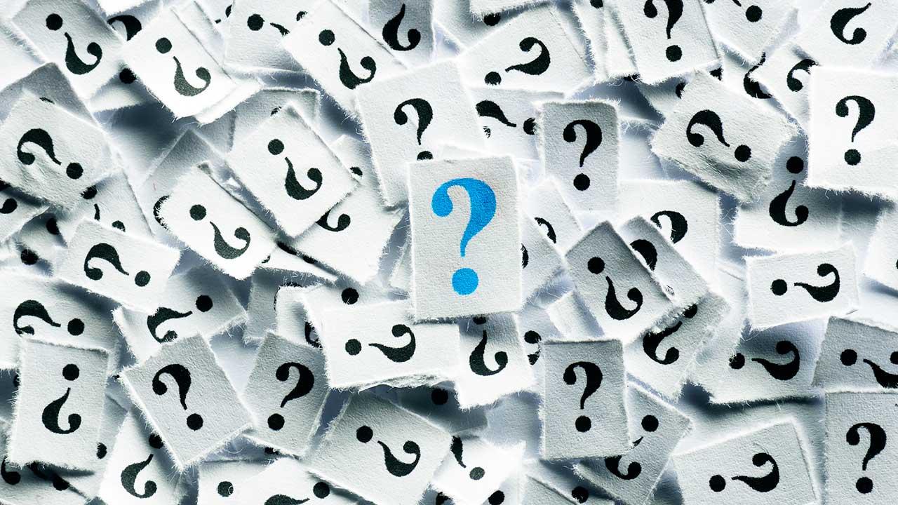 Diverse Zettelchen mit Fragezeichen