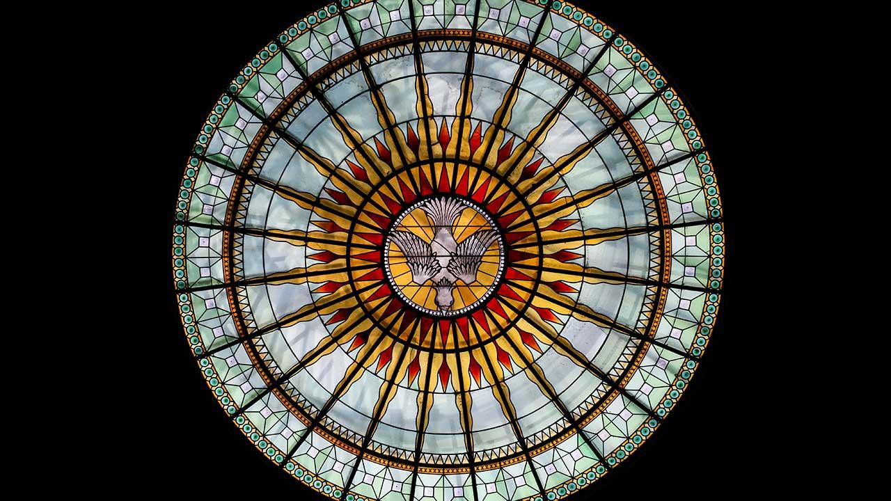 Kirchenfenster mit Taube als Symbol des Heiligen Geistes in Lyon, Frankreich