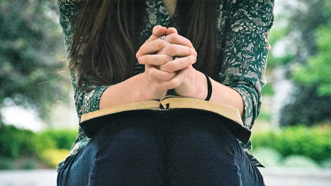 Konzentriertes Gebet | (c) Olivia Snow/Unsplash