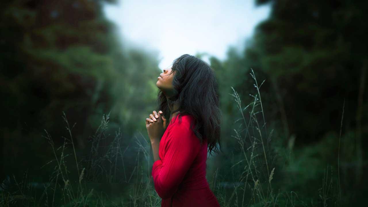Vertieft ins Gebet | (c) Diana Simumpande/Unsplash