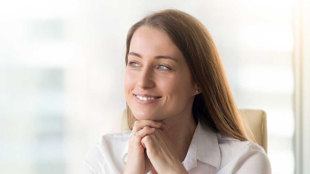 Lächelnde und zufriedene Frau