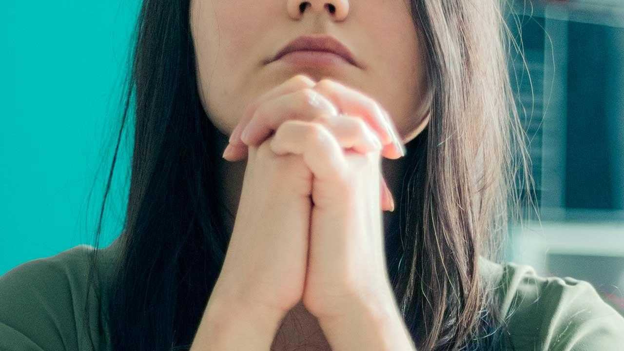 Frau mit voller Hingabe am Beten