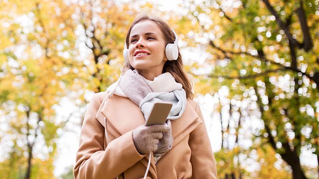 Radiohören im herbstlichen Wald
