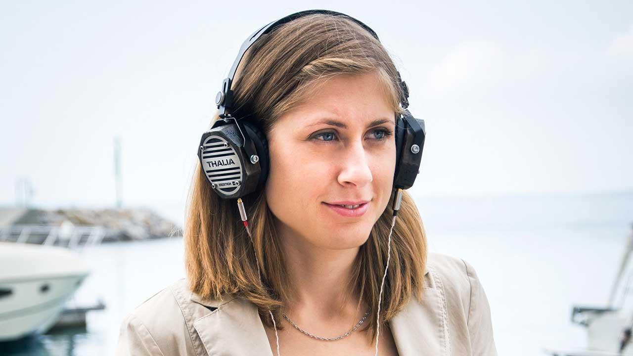 Junge Frau am Hafen mit Kopfhörern