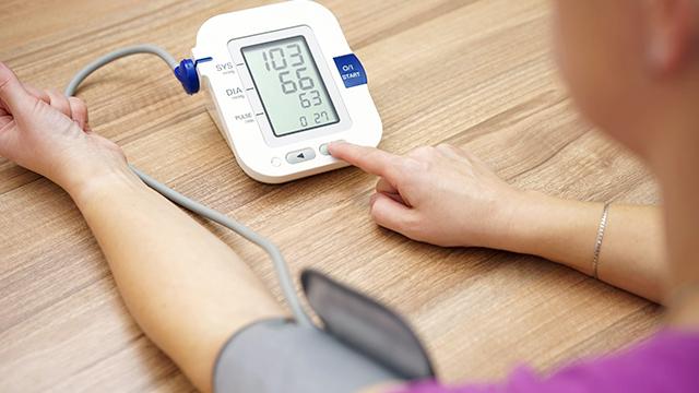 Messung von Blutdruck und Herzschlag