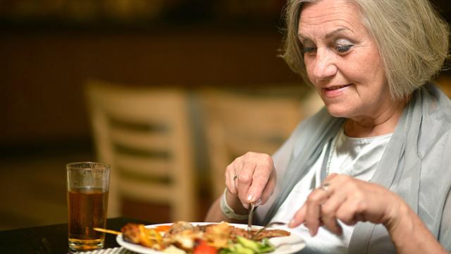 Frau geniesst ihr Essen