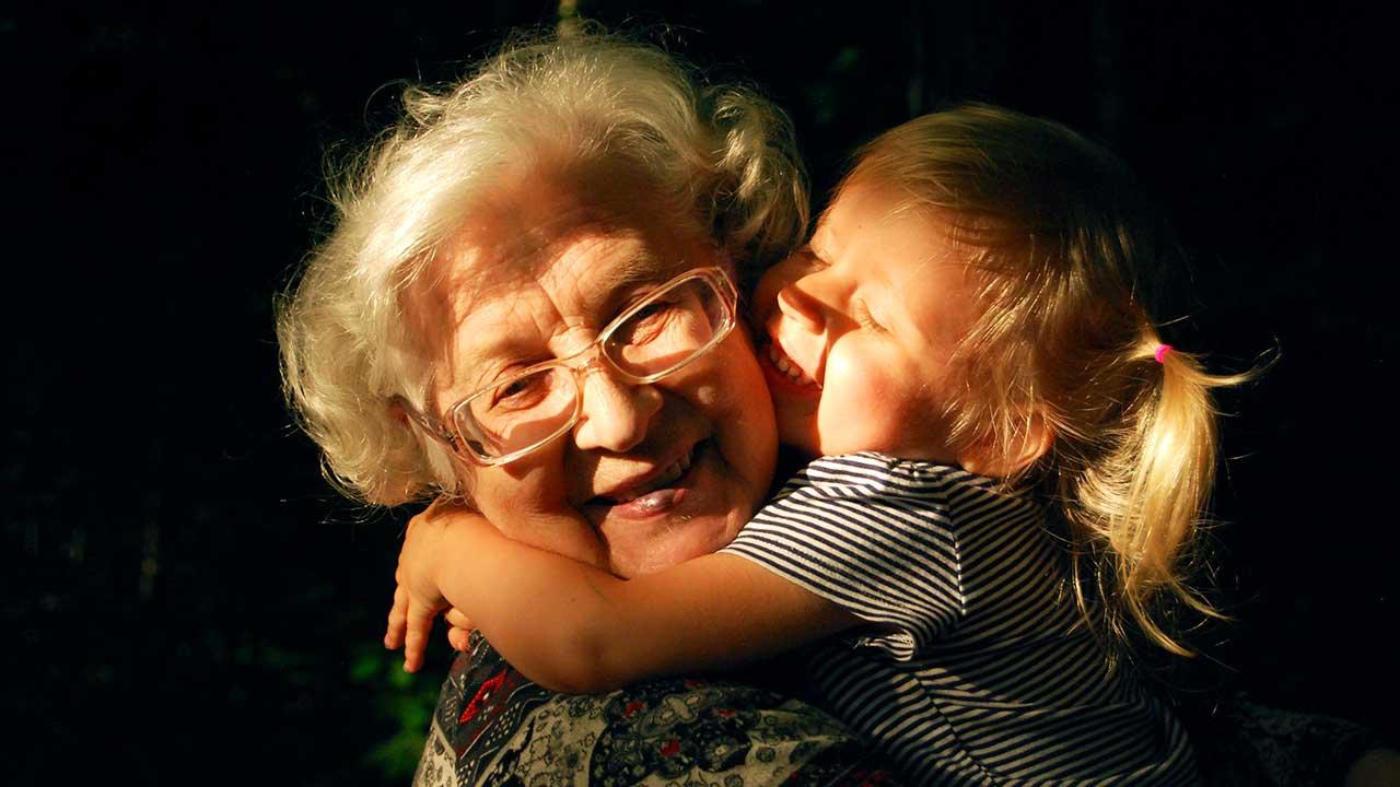 Zuneigung zwischen Grossmutter und Enkelin
